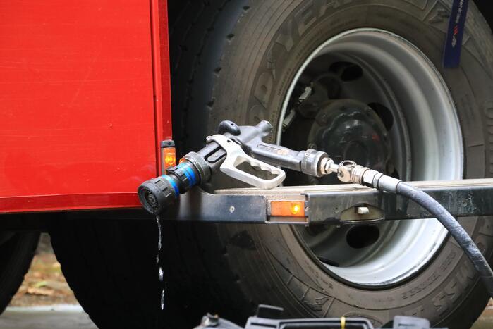 Heftruck in brand bij bedrijfspand