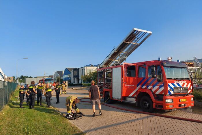 Brand in dak van bedrijfspand