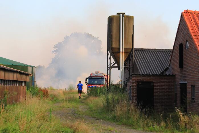 Enorme rookwolken door brand in gemaaid gras