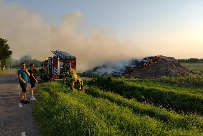 Hevige brand in berg met hooi