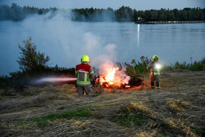 Jongeren steken riet in brand
