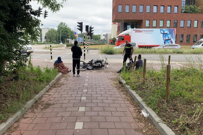 Scooterrijdster en fietsster komen met elkaar in botsing