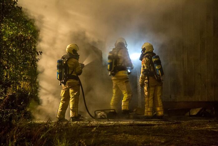 Zeer grote brand in schuur bij woonwinkel