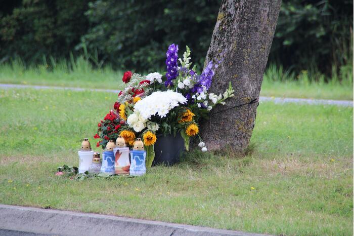 Bloemen neergelegd voor overleden motorrijder (30)