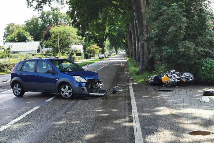 Motorfiets geschept door afslaande auto