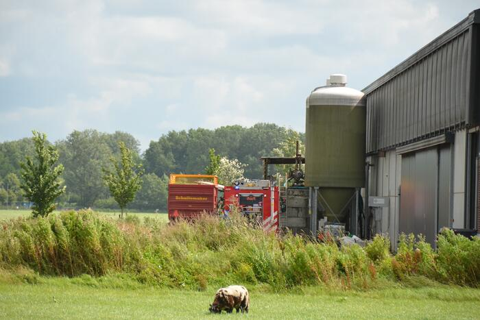 Brandweer blust brand in landbouwvoertuig