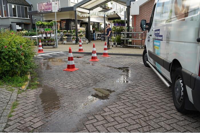 Drinkwater komt door de straatstenen omhoog