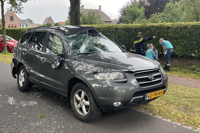 Auto slaat meerdere keren over de kop na botsing