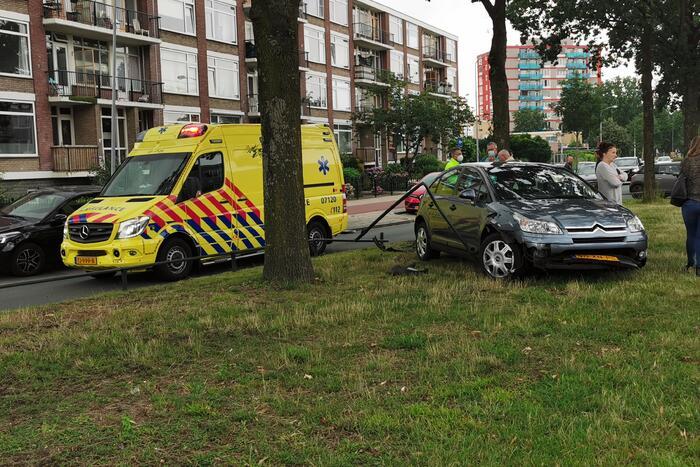 Bestuurder rijdt parkeer versperring aan diggelen