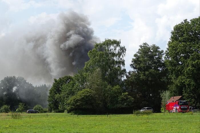 Dikke zwarte rookwolken bij grote brand in schuur