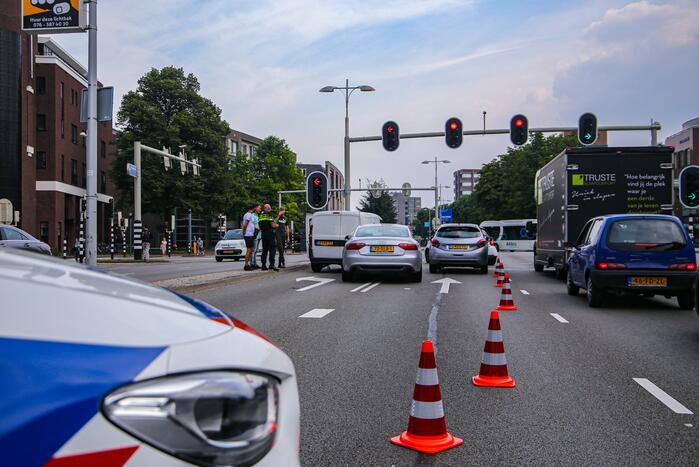 Lange verkeersophoping door botsing tussen bestelbus en personenauto's