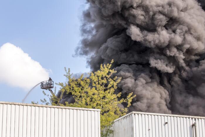 Enorme rookontwikkeling bij brand in loods