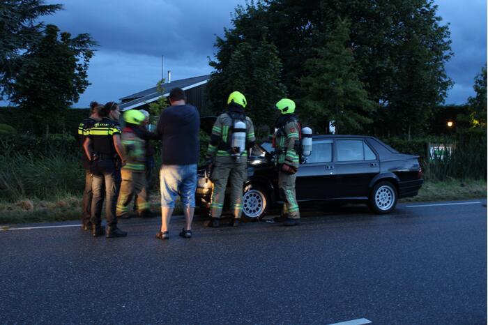 Omstanders blussen beginnende brand in auto