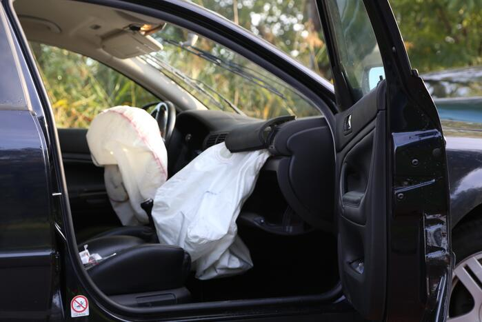Auto op zijn zijkant bij ongeluk