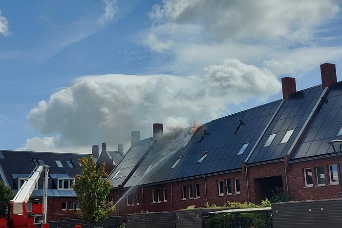 Zonnepanelen op dak verwoest door brand