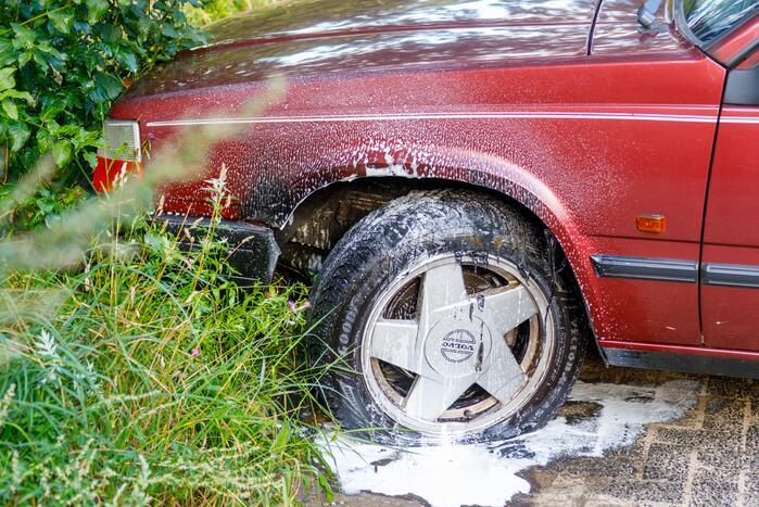 Geparkeerde auto vat vlam