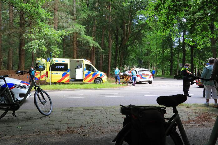 Vrouw slaat met fiets over de kop en raakt zwaargewond