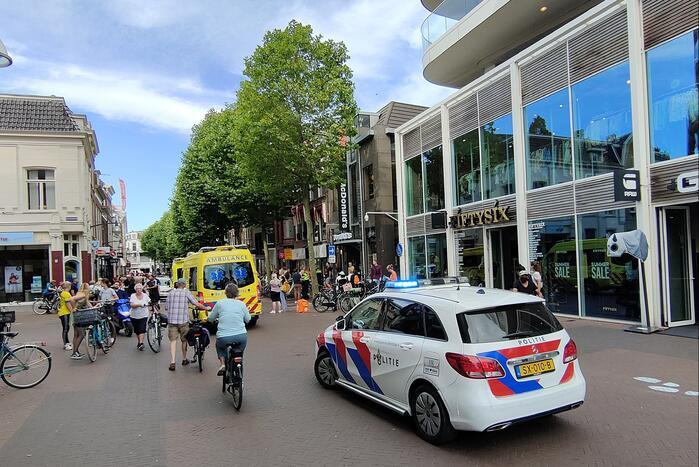 Maaltijdbezorger op fiets botst op scooterrijder