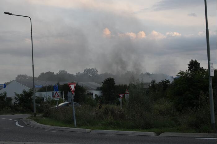 Veel rookontwikkeling door grote brand in gebouw