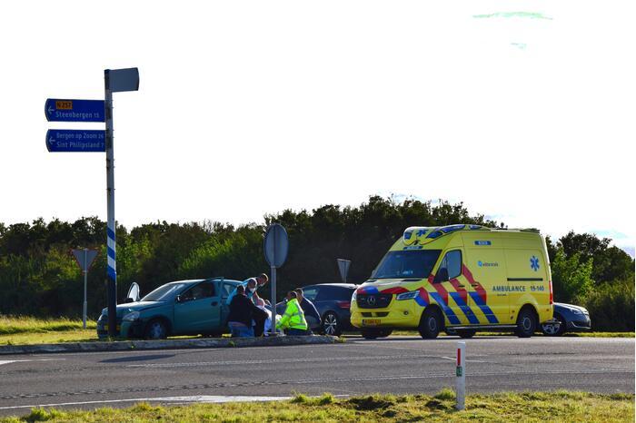 Automobilist botst tegen verkeerspaal