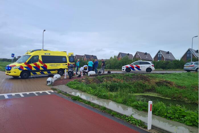 Scooterrijder ernstig gewond na val tegen betonblok