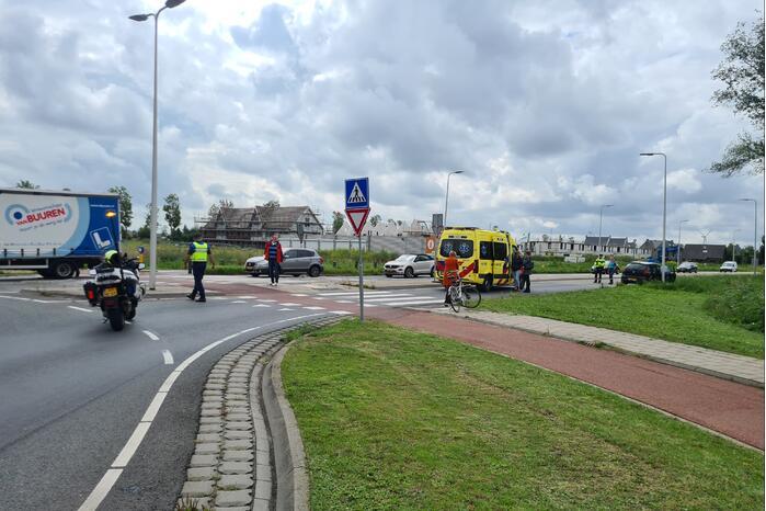Auto botst op overstekende fietser