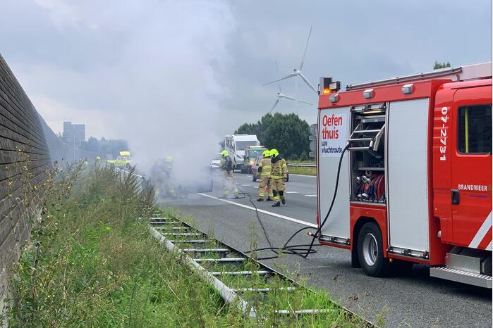 Auto vat vlam op snelweg