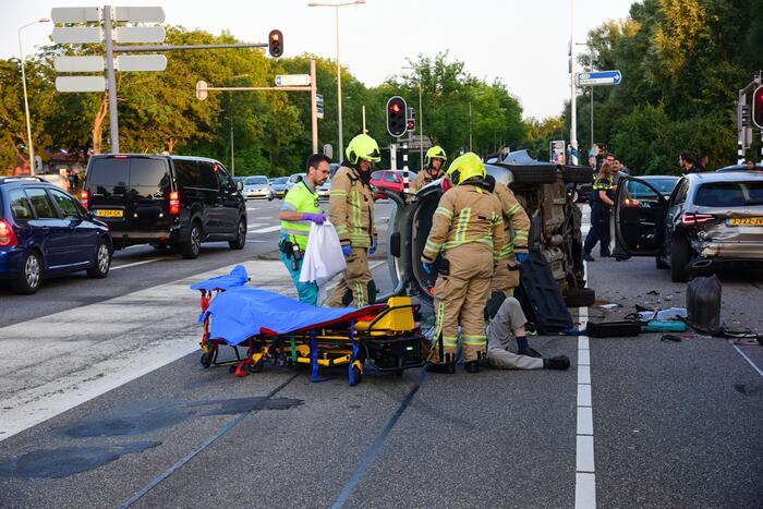 Auto belandt op kant bij ongeval