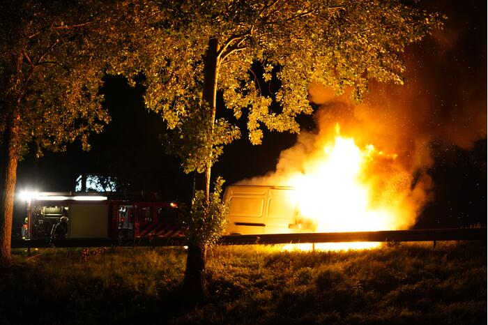 Drie rijbanen afgesloten door brand in bestelbus