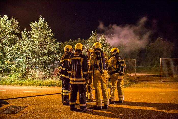 Brandweer blust brand in kweekkast
