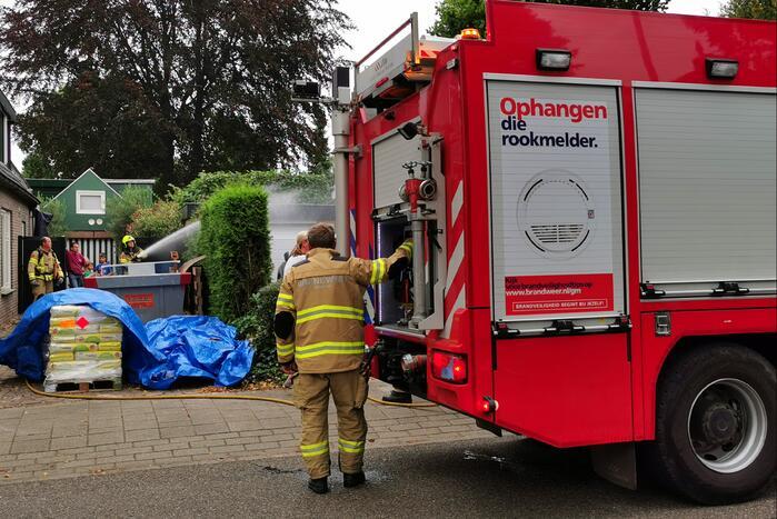 Wegbranden onkruid zorgt voor brand in coniferenhaag