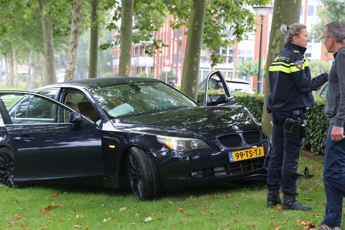 Automobilist botst tegen boom aan