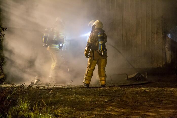 Brandweer blust forse brand in loods