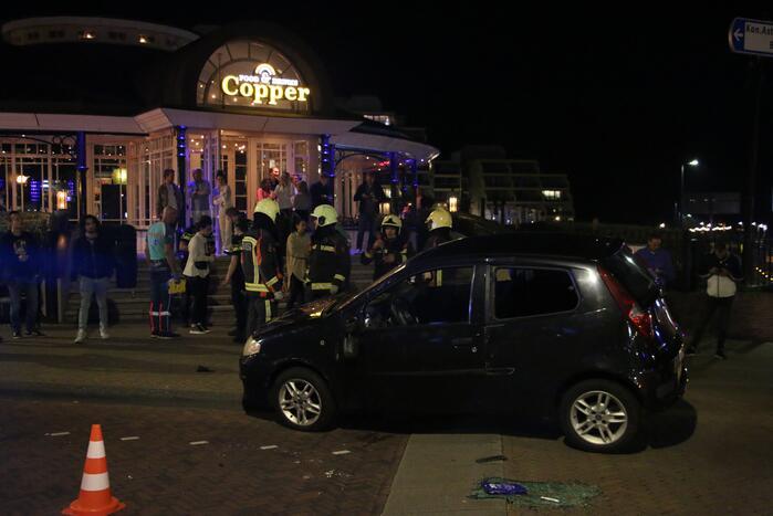 Auto op z'n kant door ongeval