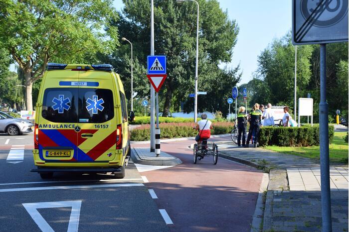 Fietser aangereden door auto op rotonde