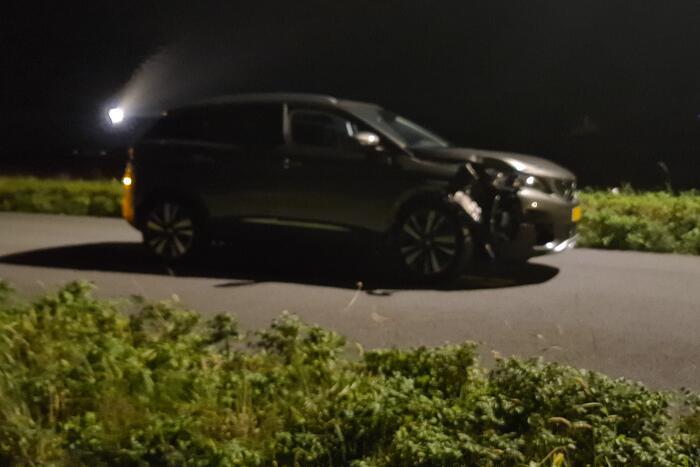 Auto rijdt tegen paal