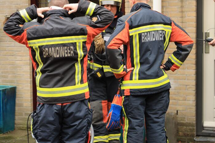 Brandweerlieden doen metingen in woning