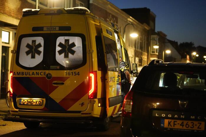 Kind gewond na val tegen auto
