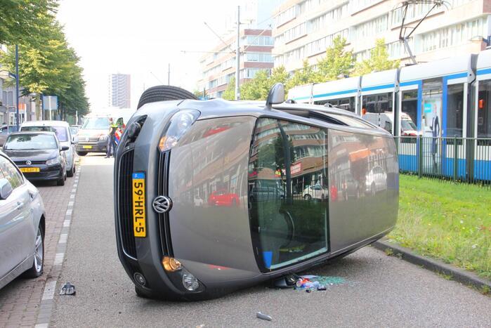 Auto belandt op zijn kant