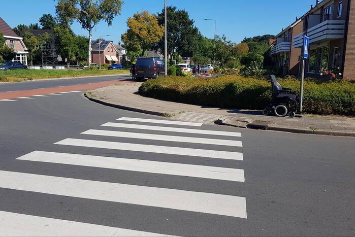 Bestelauto rijdt tegen elektrische rolstoel aan