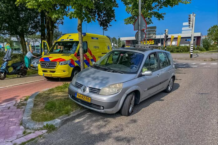Overstekende scooterrijdster aangereden door auto