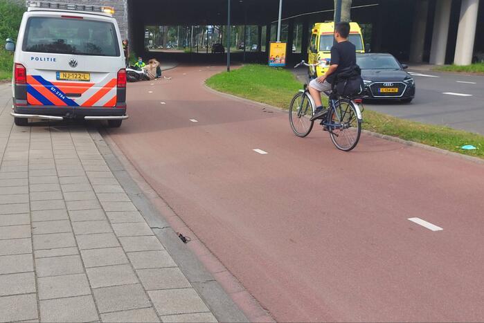 Twee scooters botsen op fietspad