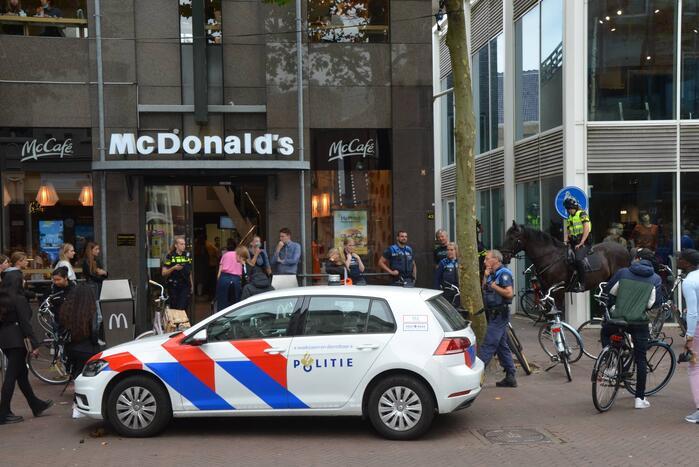Mannen gaan met elkaar op de vuist bij McDonalds