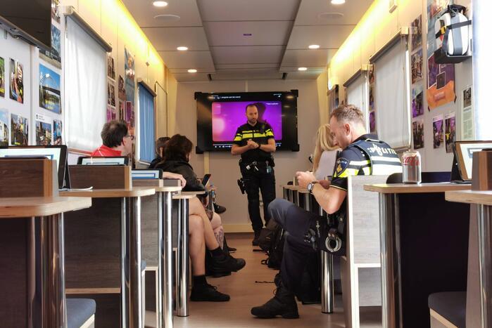 Buurtbewoners welkom in het Mobiel Media Lab van de politie