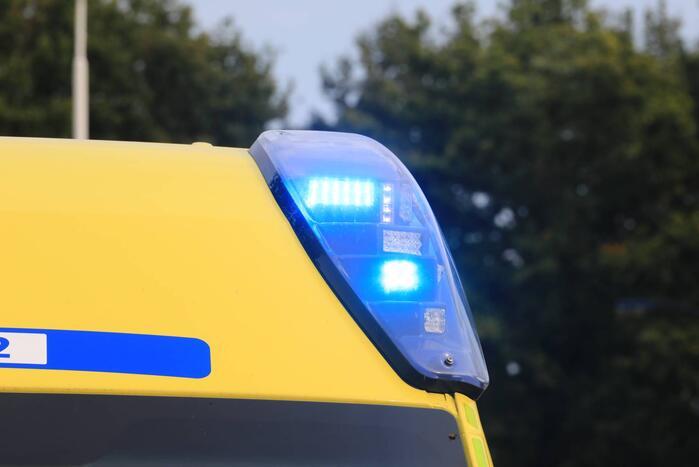 Ambulance op zijkant bij eenzijdig ongeluk