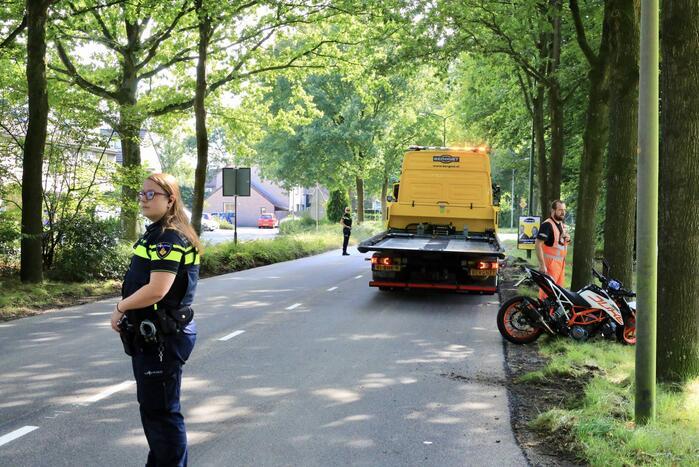 Motorrijder raakt van de weg en knalt tegen boom