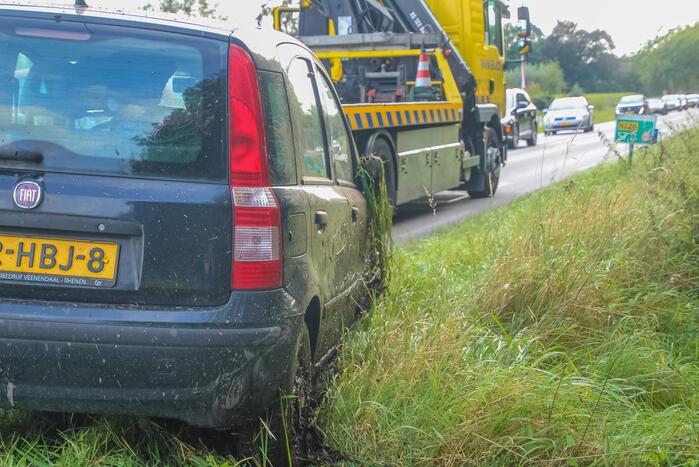 Bestuurder rijdt met voertuig in berm
