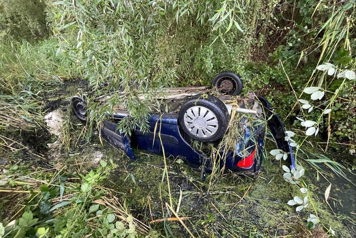 Automobilist raakt van de snelweg belandt op de kop in sloot
