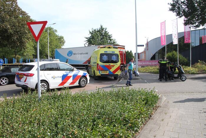 Scooterrijder aangereden door auto op rotonde