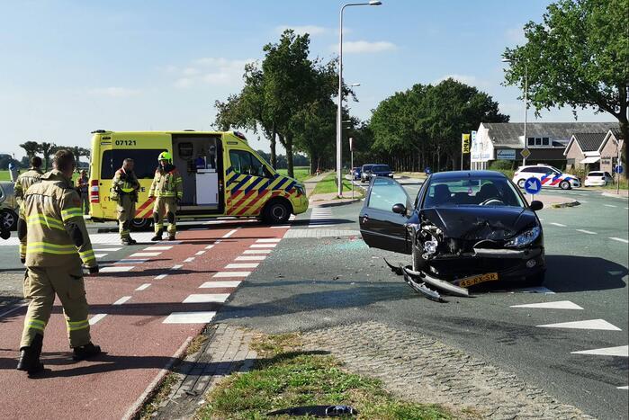 Drie voertuigen botsen op kruising